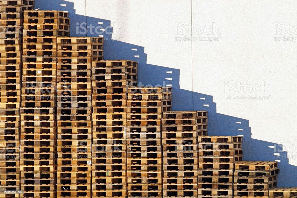 Piattaforma in legno si sovrappongono in magazzino - foto stock