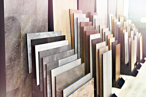 holzplatten auf dem boden und an wänden im laden - laminat günstig stock-fotos und bilder