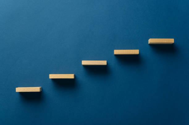 Holzpflöcke bilden eine Treppe – Foto