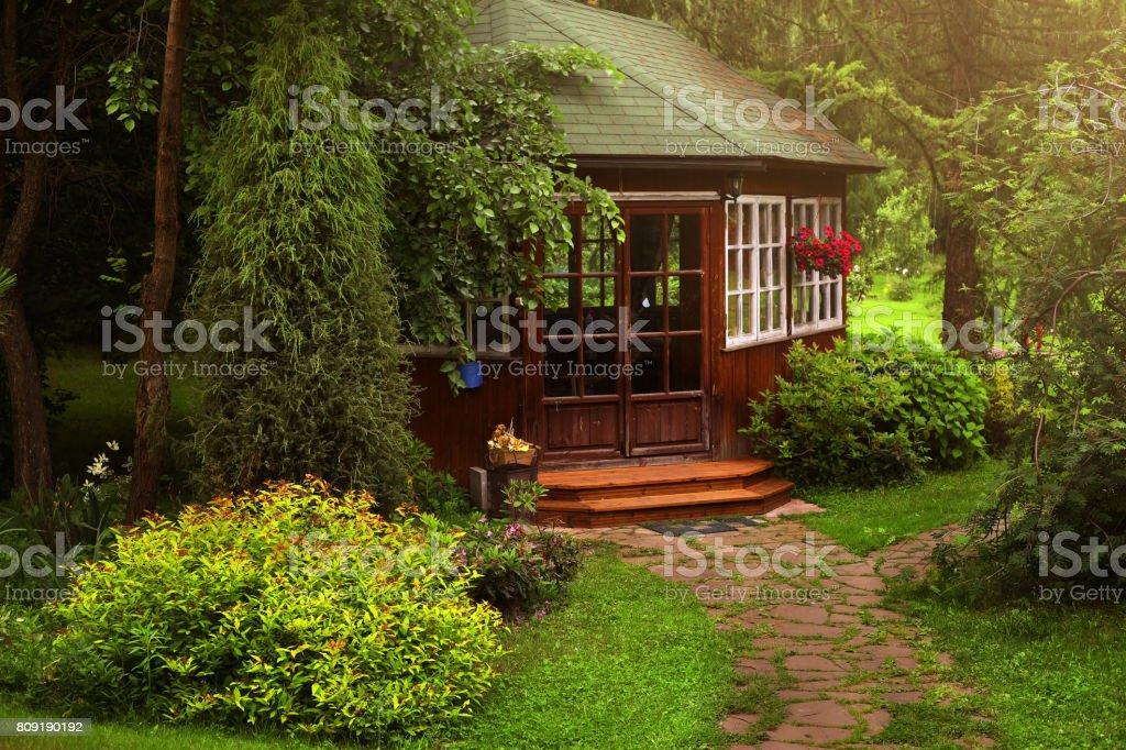 Pérgola de madera en el jardín de verano formal - foto de stock
