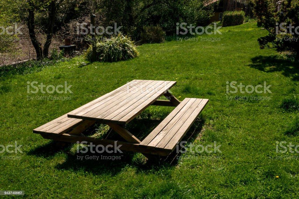 Photo libre de droit de Table De Piquenique En Bois Et Banc ...