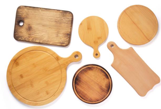 drewniana pizza lub deska do krojenia chleba na białym tle - deska zdjęcia i obrazy z banku zdjęć