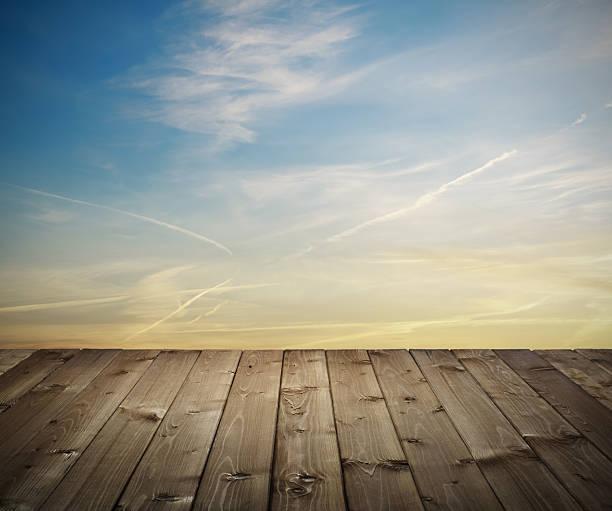 hölzerne planken bei sonnenuntergang - terrassen deck design stock-fotos und bilder
