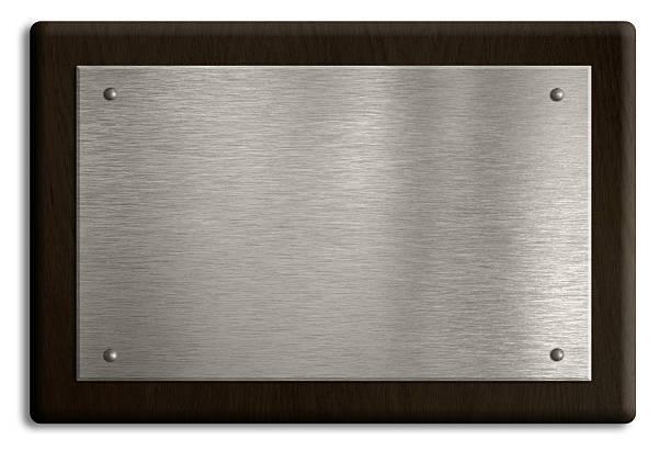 drewniana tablica z srebrna tarcza na białym tle. ścieżka odcinania - srebro zdjęcia i obrazy z banku zdjęć