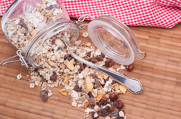 hölzerne schild mit zerealien - obst kalorien stock-fotos und bilder