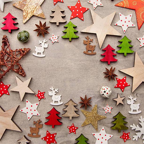 hölzerne schild mit weihnachten hintergrund mit vielen verzierungen - weihnachtssterne aus papier stock-fotos und bilder