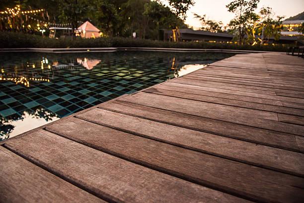 Hölzerne Terrasse am Schwimmbad in Abend – Foto