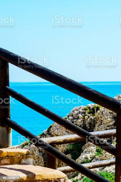 Foto de Passeio De Madeira Ao Longo Da Costa De Mar Situado Sobre Uma Rocha De Penhasco Em Rincon De La Victoria Costa Del Sol Andalucja e mais fotos de stock de Andaluzia