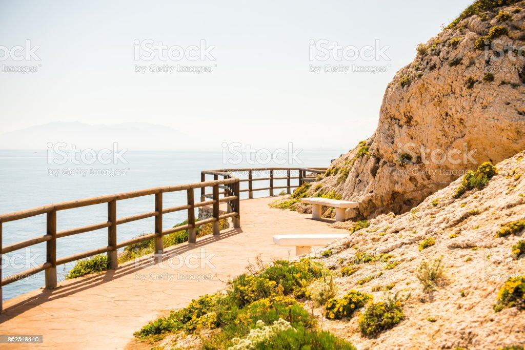 passeio de madeira ao longo da costa de mar situado sobre uma rocha de penhasco em Rincon de la Victoria, Costa del Sol, Andalucja - Foto de stock de Andaluzia royalty-free