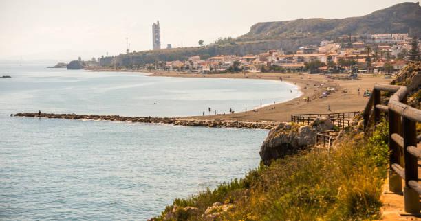passeio de madeira ao longo da costa do mar, situado em uma pedra do penhasco no Rincón de la Victoria, Costa del Sol - foto de acervo
