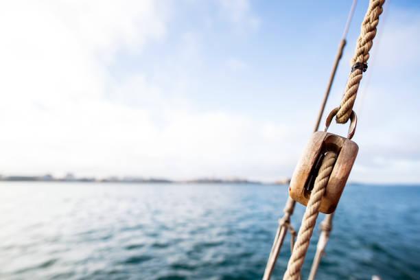 hölzerne scheibe mit einem seil auf eine takelage vintage segelboot - nautische seil stock-fotos und bilder