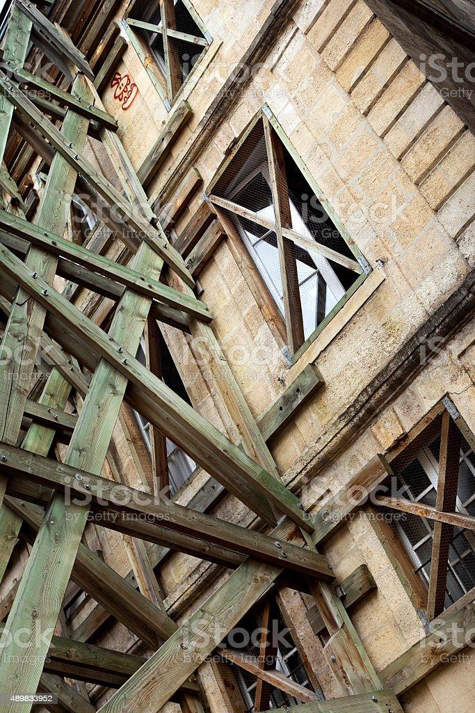 Retenir en bois sur un site de construction - Photo