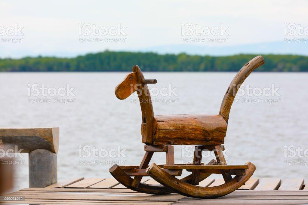 Trä gunghäst på terrassen - Royaltyfri Amerikansk kultur Bildbanksbilder