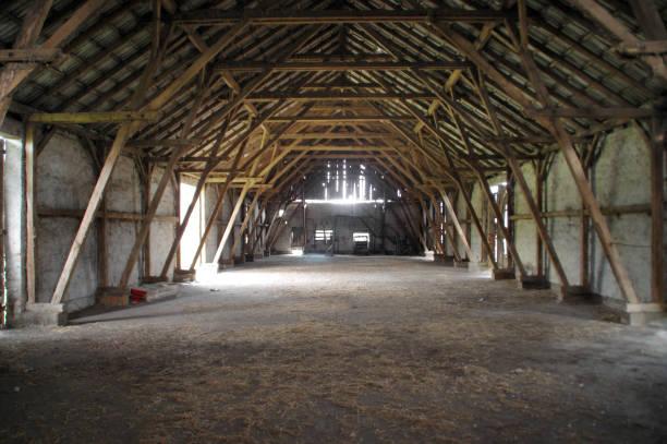 de madeira celeiro rural com grande suporta - celeiros - fotografias e filmes do acervo