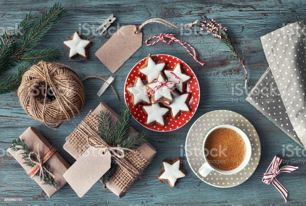 Weihnachtsgebäck Verpacken.Hölzerne Rustikalen Hintergrund Mit Kaffee Und Verpacken Von