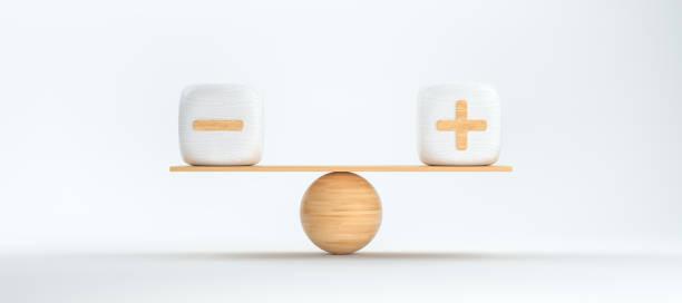 holzwaage balancenwürfel mit plus- und minussymbolen - 3d gerenderte illustration - gleichgewicht stock-fotos und bilder