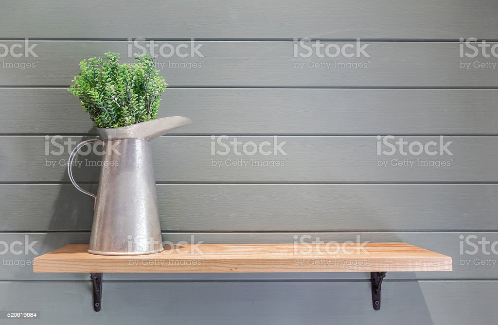 Decorare Mensole Legno : Mensola in legno con parete di legno con vaso di fiori in plastica