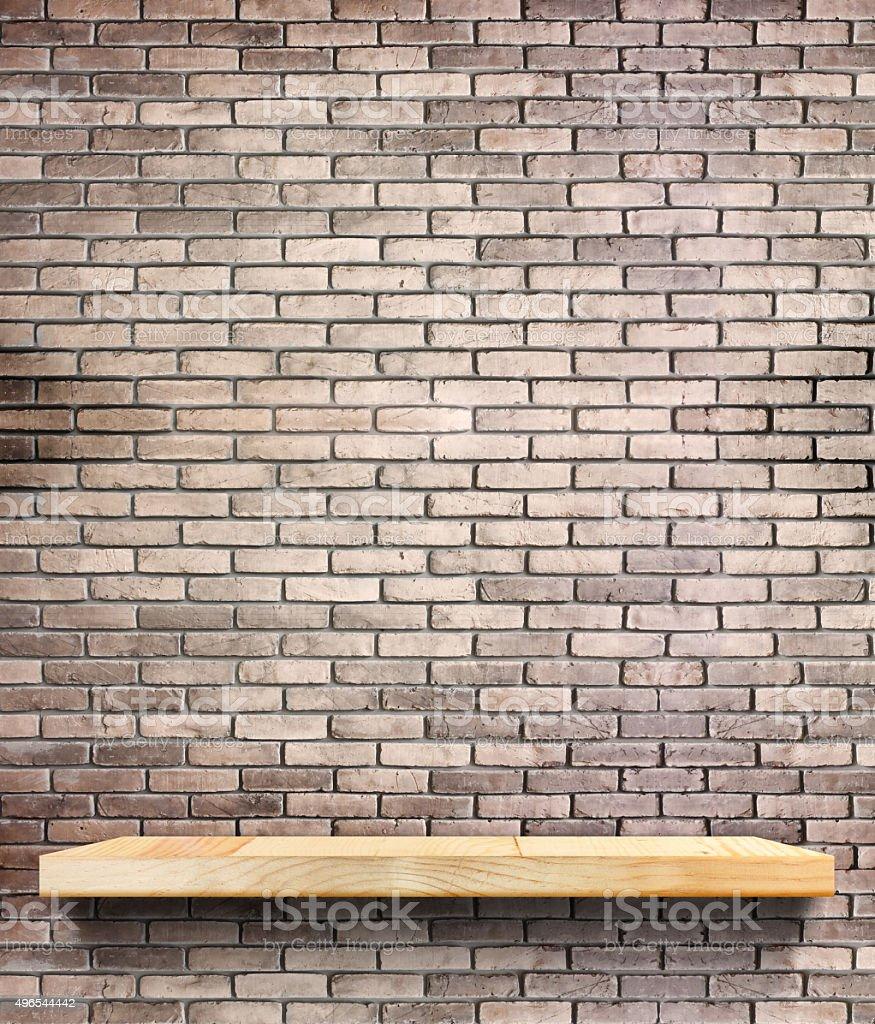 Etagere Sur Mur En Brique photo libre de droit de Étagère en bois sur le mur de