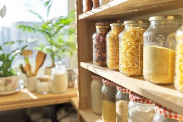 houten planken in voorraadkast voor voedselopslag, korrelproducten in opslagpotten - bloem stapelvoedsel stockfoto's en -beelden