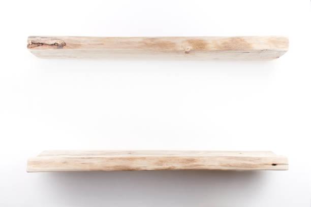 Holzregale auf einer weißen Wand. Wohngebäude – Foto