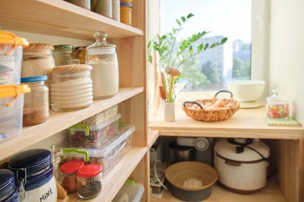 houten planken met voedsel en gebruiksvoorwerpen, keukenapparatuur in de pantry - bloem stapelvoedsel stockfoto's en -beelden