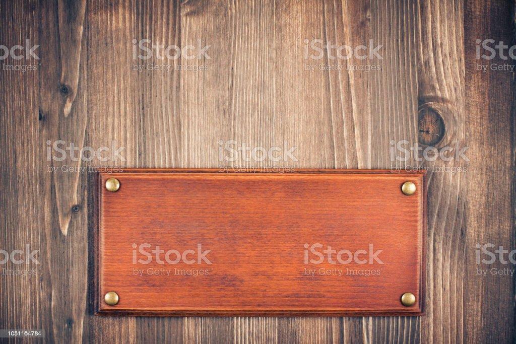 Sinal de madeira placa quadro em branco sobre fundo de madeira velho. Instagram retrô estilo foto filtrada - foto de acervo