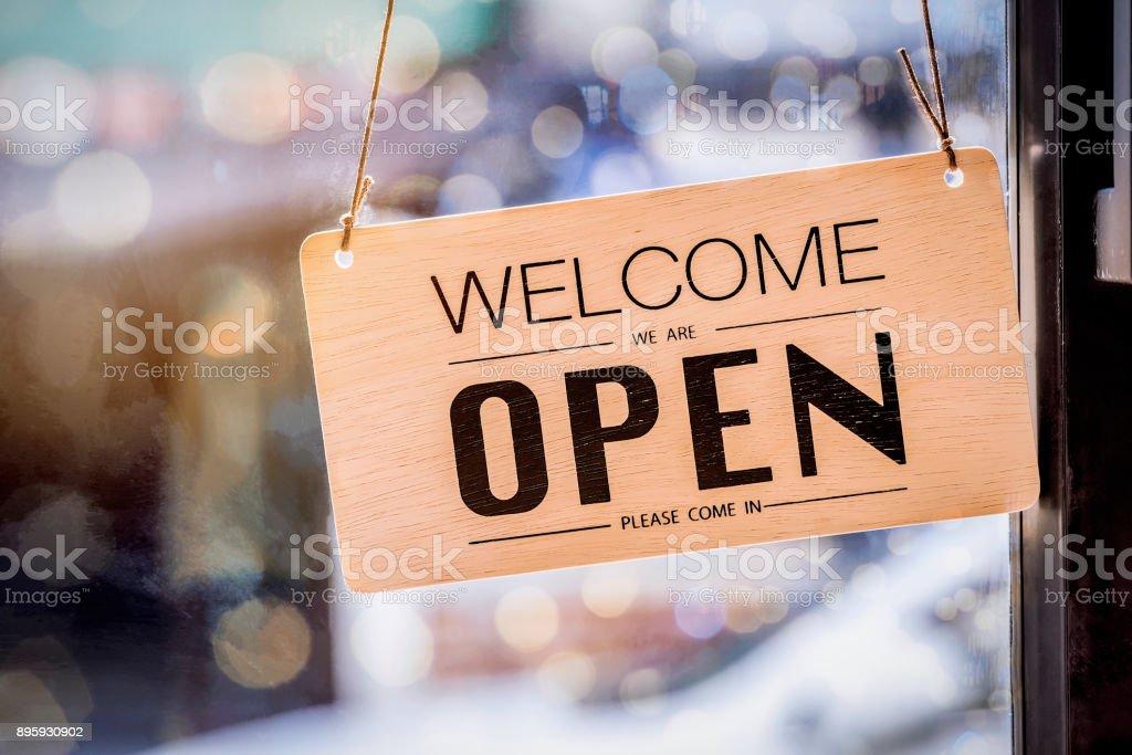 Hölzerne Schild an der Tür des Café hängen Lizenzfreies stock-foto