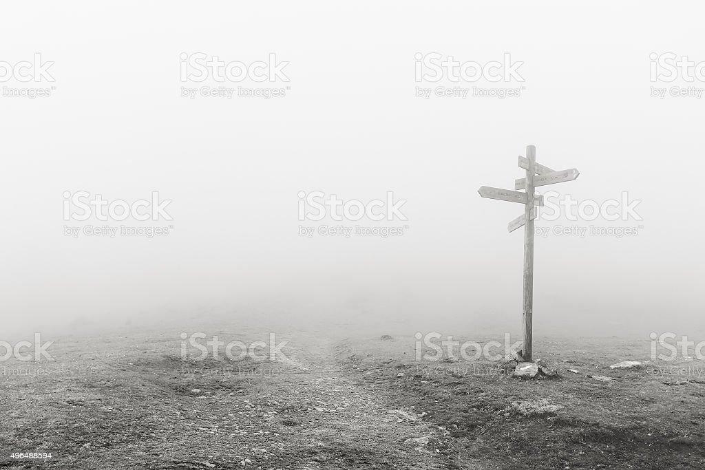 Panneau en bois dans la brume - Photo