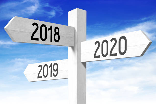 2018, 2019, 2020 - poste indicador de madera - foto de stock