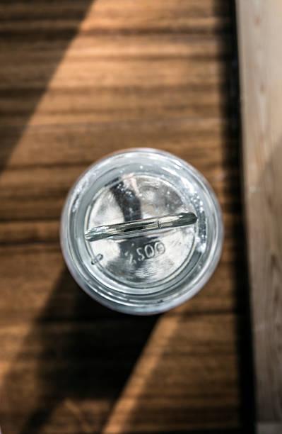 wooden spoon into a fluor glass jar - zout smaakstof stockfoto's en -beelden