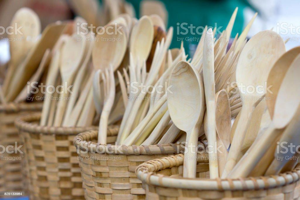 Cucharas de madera en cestas de madera. - foto de stock