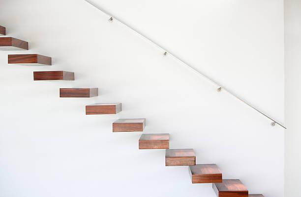 hölzerne treppe und handlauf - der nächste schritt stock-fotos und bilder