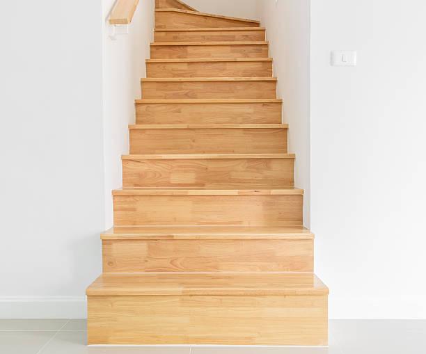 hölzerne treppe - eingangshalle wohngebäude innenansicht stock-fotos und bilder