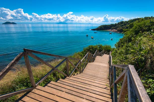 Holztreppen hinunter zum Meer – Foto