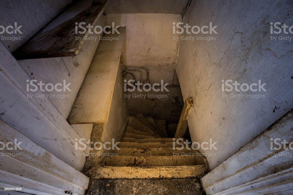 Holztreppen, die unheimlich dunklen Keller – Foto
