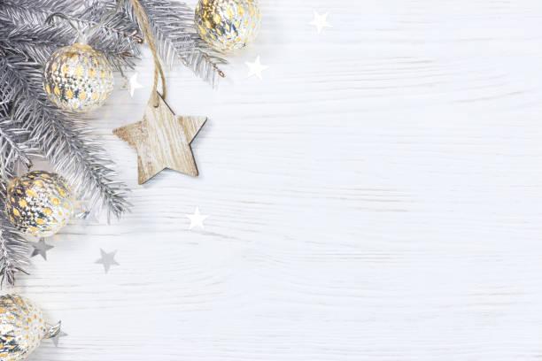 hölzerne star und weihnachtsbaum zweig eingerichtet mit leuchtenden licht girlande auf weißem hintergrund - holzdeko weihnachten stock-fotos und bilder