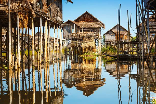 drewniane domy na palach na inle lake, myanmar - burma home do zdjęcia i obrazy z banku zdjęć