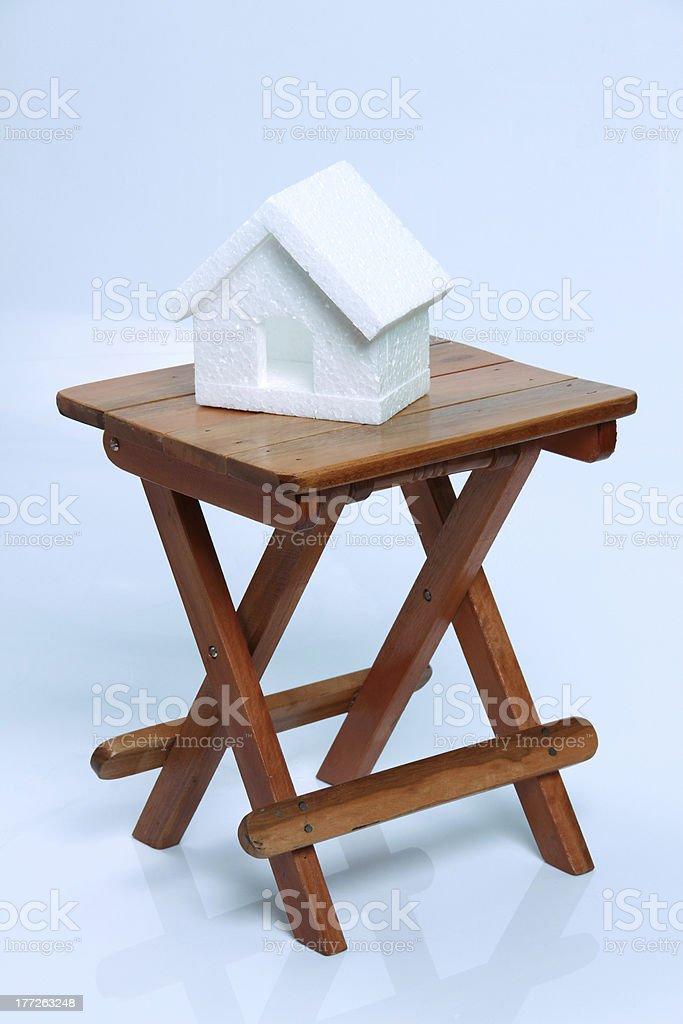 Banco de madeira e miniatura house - foto de acervo