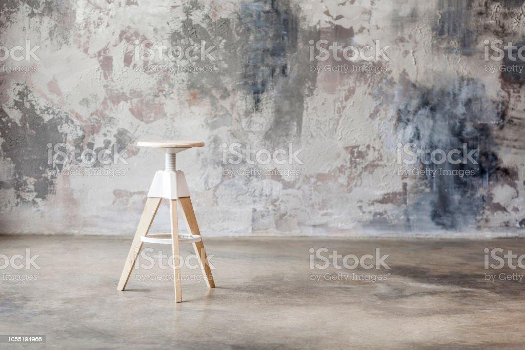 Holzstuhl mit Grunge-Wand im Hintergrund – Foto