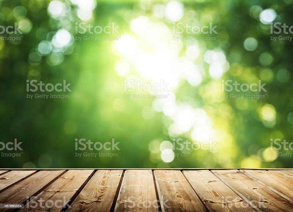 Holz Oberfläche und sonnigen Wald – Foto