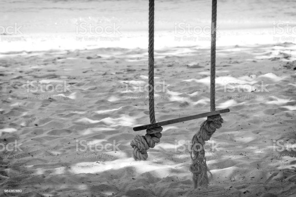 Houten schommel opknoping op boom in de buurt van een strand in de Ang Thong Marine National Park in de buurt van Koh Samui, Thailand. - Royalty-free Azië Stockfoto