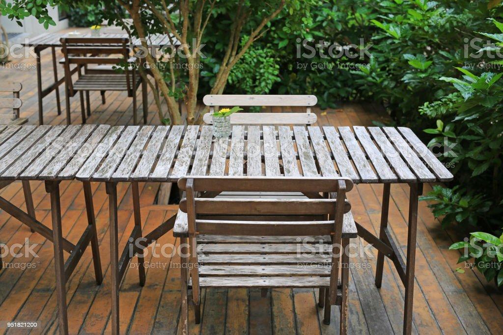 Photo libre de droit de Table En Bois Et Une Chaise Dans Le Jardin Avec  Verre De Décoration Florale banque d\'images et plus d\'images libres de  droit ...
