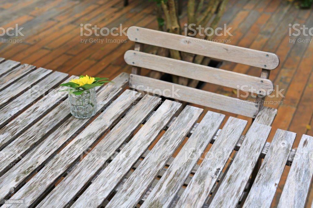 Photo libre de droit de Table En Bois Et Une Chaise Dans Le ...