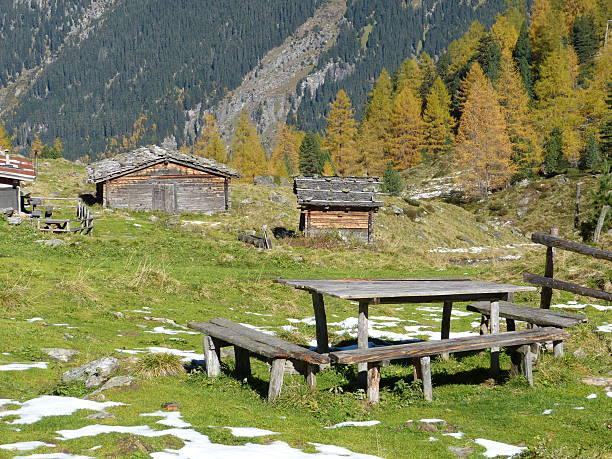 Holztisch und cottages im Herbst – Foto