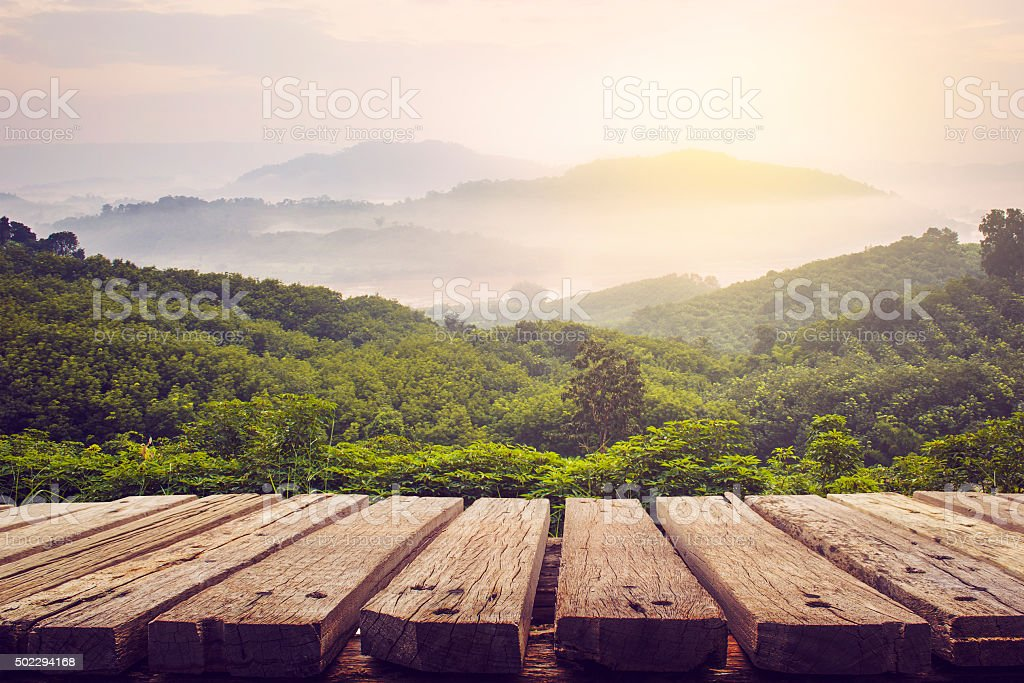 Mesa de madera y la vista de las montañas - foto de stock