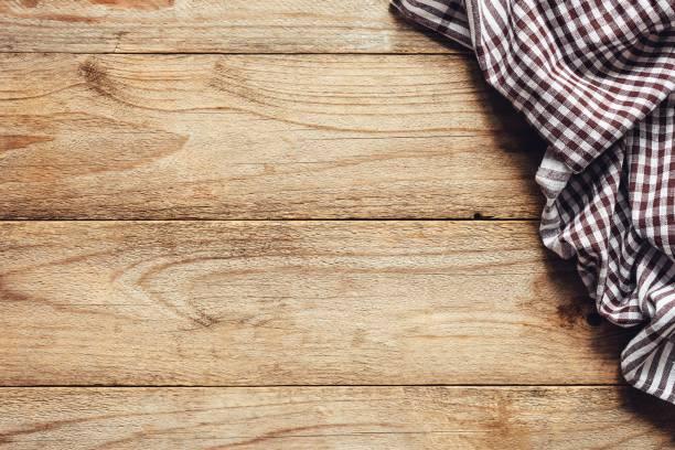 holztisch hintergrund mit textil. essen-hintergrund - küche rustikal gestalten stock-fotos und bilder