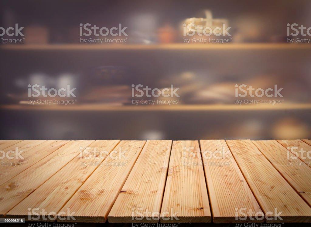 Table en bois dans la cuisine - Photo