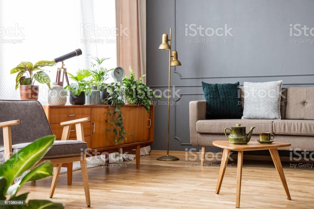 Woonkamer Vintage Bank : Houten tafel in vintage woonkamer interieur met kabinet tussen bank