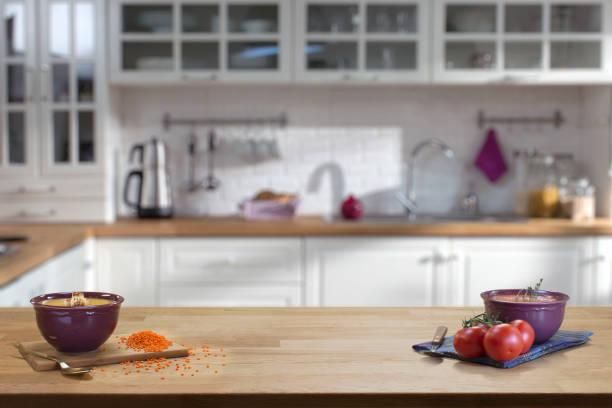 holztisch auf unscharfen küche interieur hintergrund - küche deko lila stock-fotos und bilder