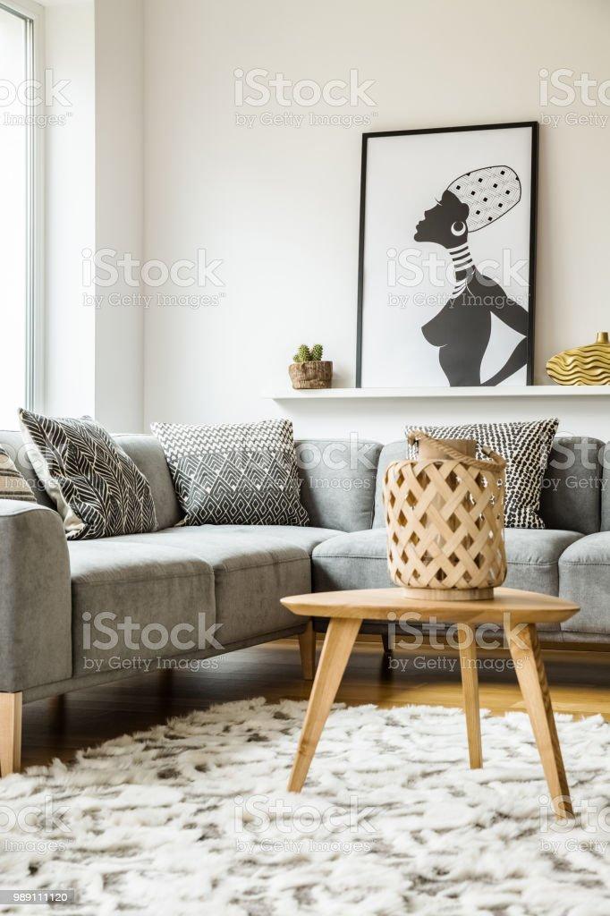 Holztisch Auf Teppich Neben Grauen Ecke Couch Im Wohnzimmer